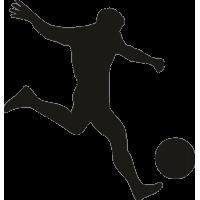 Футболист ударяет по мячу